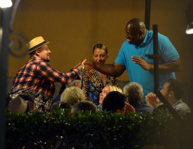 Nicole Richie et Joel Madden croisent Magic Johnson durant leurs vacances à Portofino, le 16 juillet 2013.