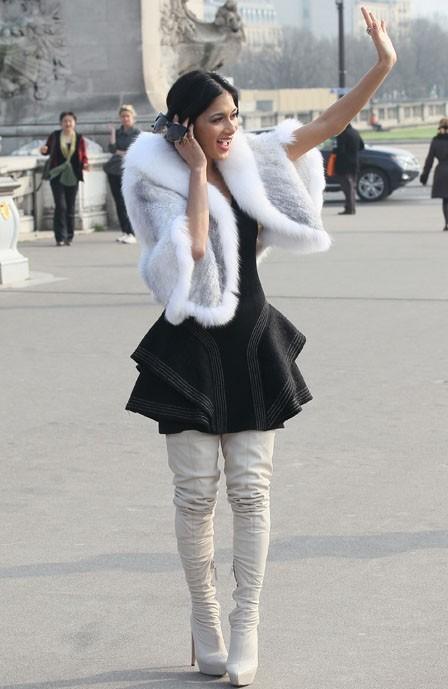 Elle apprend à arrêter les taxis parisiens ?
