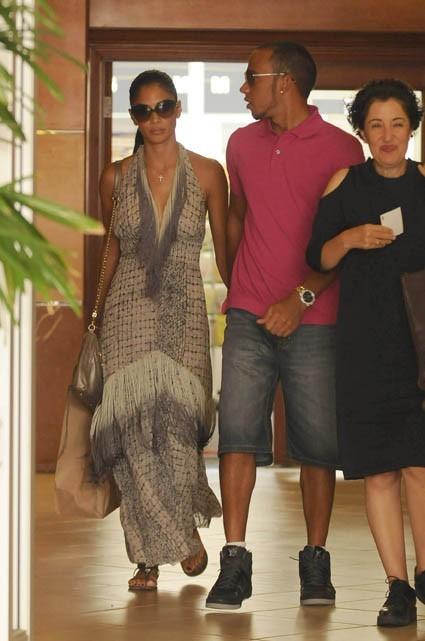 Nicole Scherzinger et Lewis Hamilton sortant du restaurant E. Baldi à Beverly Hills, le 16 août 2011.