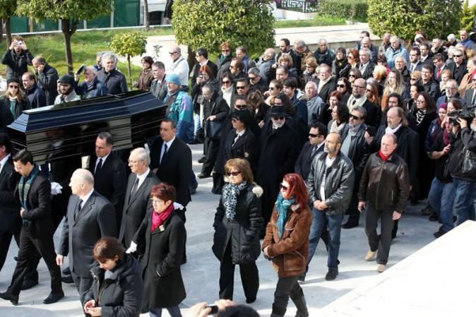 Le cortège qui accompagne Demis Roussos dans sa dernière demeure
