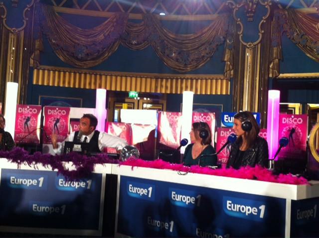 Nikos en live sur Europe 1, lors de la première du musical D.I.S.C.O. à Paris, le 10 octobre 2013.