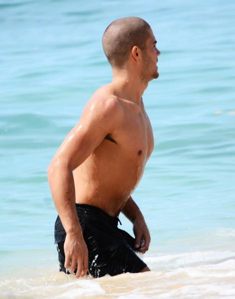 Max George en vacances à la Barbade, le 27 novembre 2013.
