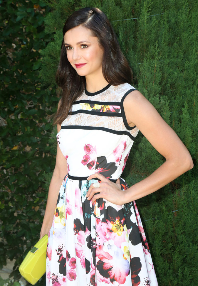 Nina Dobrev est sublime dans sa robe fleurie