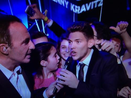 Rayane Bensetti au milieu de ses fans pendant la cérémonie des NMA