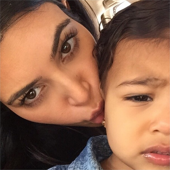 Photos : North West : agacée par les selfies de sa maman Kim Kardashian ?