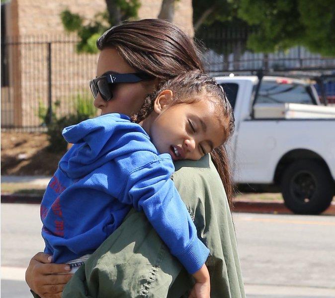 North endormie dans les bras de sa maman