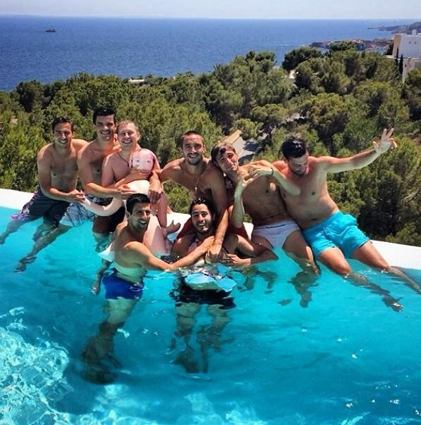"Novak Djokovic s'éclate avec ses ""bachelors"" à Ibiza !"