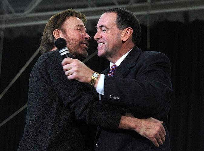 Photos : Chuck Norris enlassant un membre du parti républicain