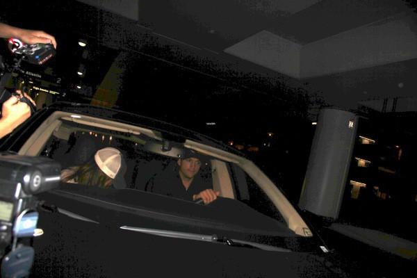 Mila Kunis et Ashton Kutcher à l'aéroport de Los Angeles, le 11 septembre 2013.