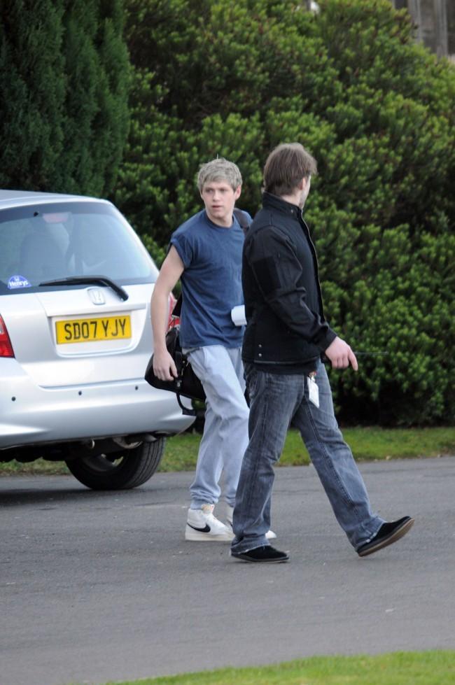 One Direction à la sortie de leur hôtel de Glasgow le 27 février 2013