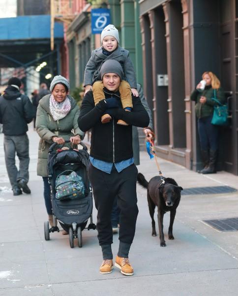 Orlando Bloom et son fils Flynn à New York, le 16 décembre 2013.