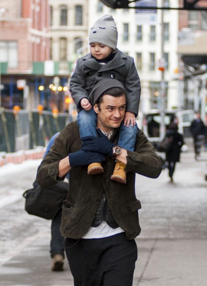 Orlando Bloom et son fils Flynn à New York, le 18 décembre 2013.