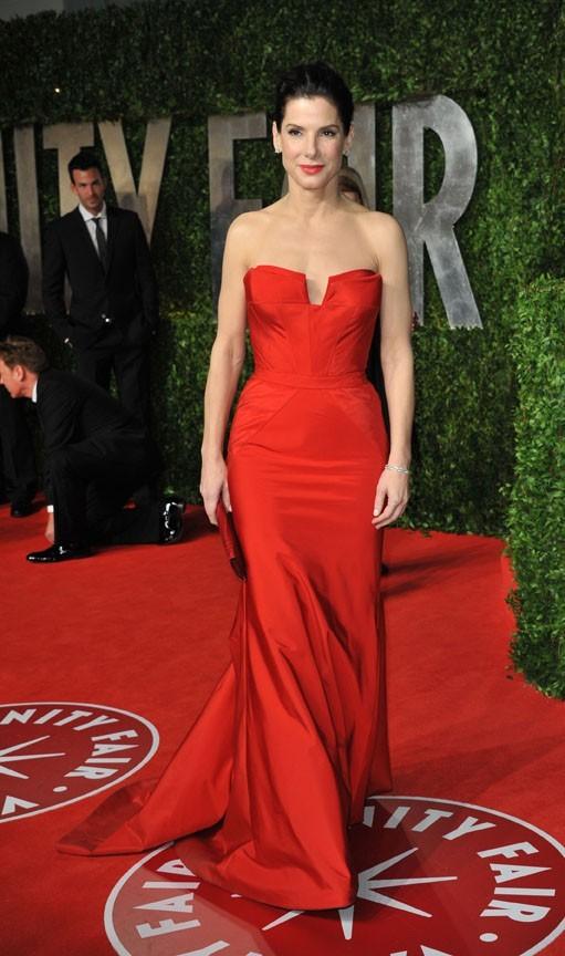Sublime dans sa robe rouge, Sandra Bullock est bien seule...