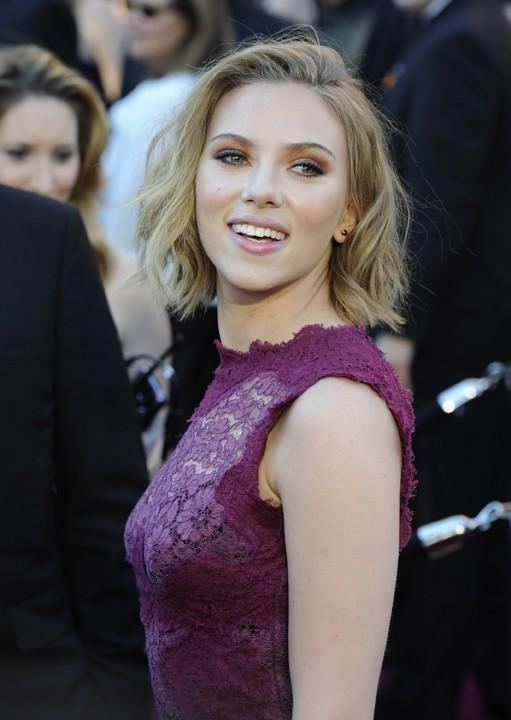 Scarlett Johansson, toujours sublime et jamais seule !