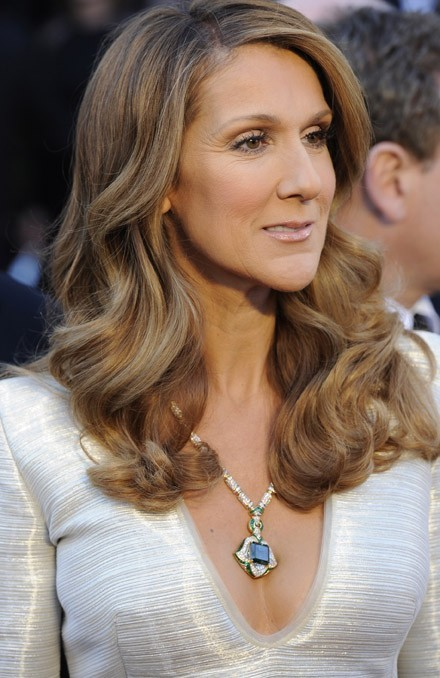 Suivez le collier de Céline Dion pour tomber dans son décolleté ...
