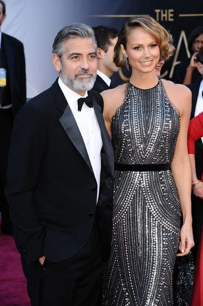 George Clooney et Stacy Keibler sur le tapis rouge des Oscars à Los Angeles le 24 février 2013