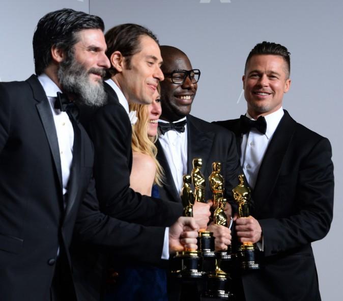 Anthony Katagas, Jeremy Kleiner, Dede Garner, Steve McQueen et Brad Pitt lors de la 86e cérémonie des Oscars à Hollywood, le 2 mars 2014.
