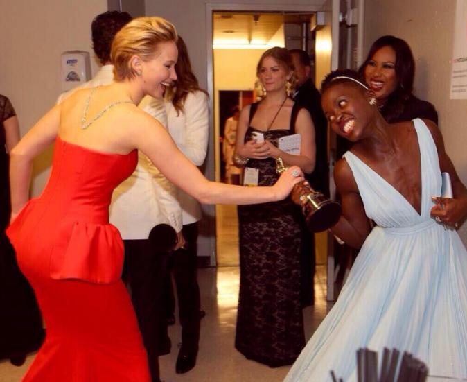 Jennifer Lawrence tente de voler la statuette de Lupita Nyong'o !