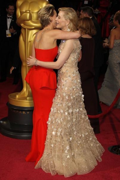 Jennifer Lawrence et Cate Blanchett lors de la 86e cérémonie des Oscars à Hollywood, le 2 mars 2014.