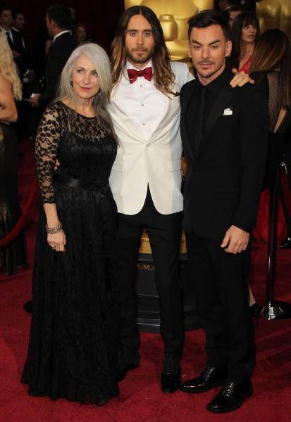 Jared Leto entouré de sa mère et son frère lors de la 86e cérémonie des Oscars à Hollywood, le 2 mars 2014.