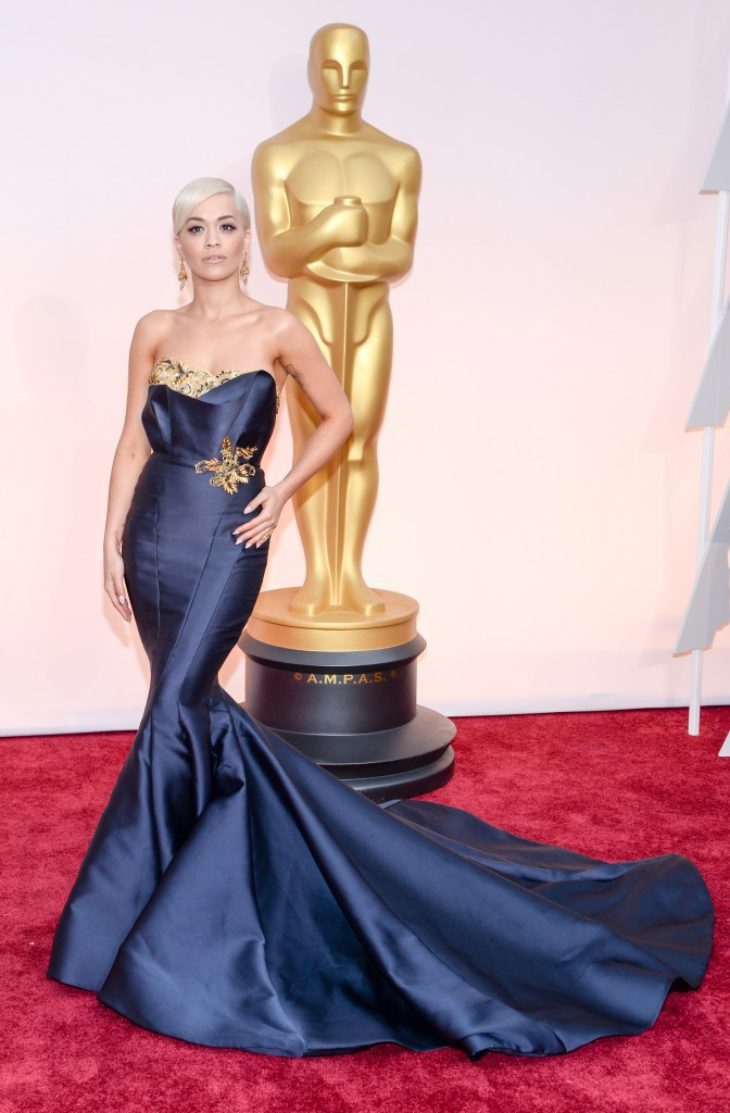 Photos : Oscars 2015 : Rita Ora : sublime en Marchesa sur red carpet, elle fait le show en Vera Wang !
