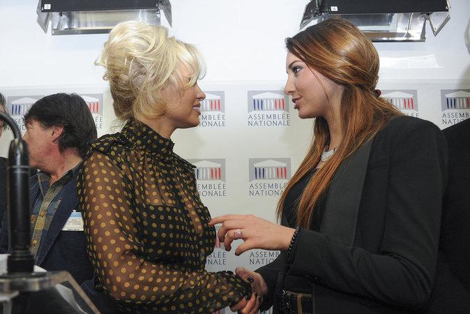 Pamela Anderson et Delphine Wespiser défendent la cause animal avec brio