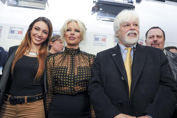 Pamela Anderson et Delphine Wespiser, éblouissantes à l'Assemblée nationale