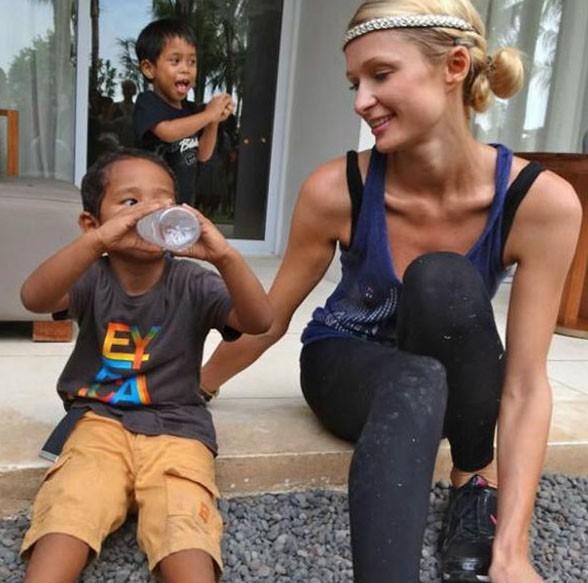 Elle a succombé au charme d'un des orphelins ...
