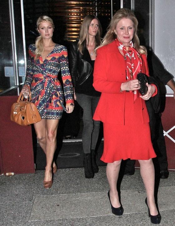 Kathy, la maman des soeurs Hilton, a un look plutôt mémère !