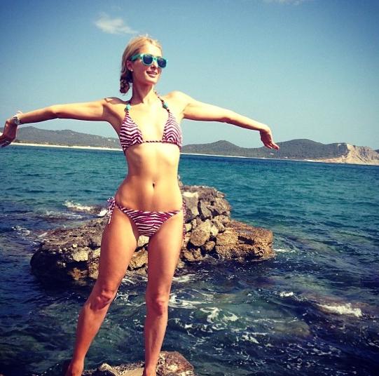 Paris Hilton en bikini zébré le temps d'une pause !