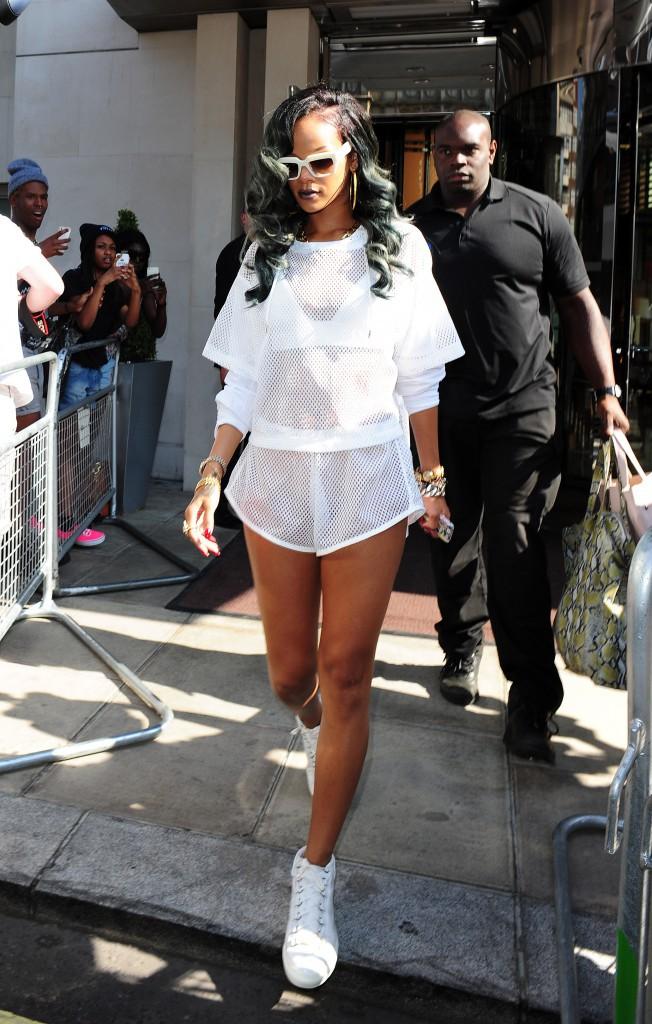 Rihanna en combinaison blanche