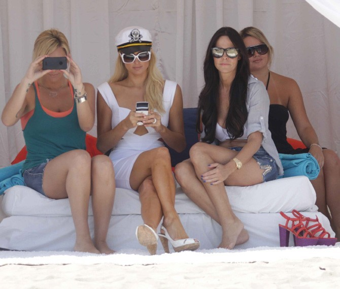 Avec ses copines, elle envoie un texto à son nouveau chéri ?