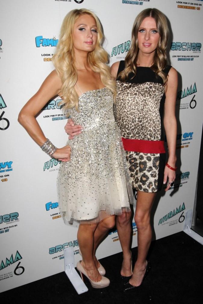 """Paris Hilton et sa soeur Nicky Hilton lors de sa soirée """"Electric Christmas Party"""" à Beverly Hills, le 7 décembre 2011."""