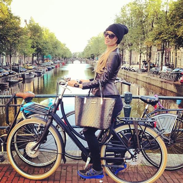 Paris Hilton à bicyclette, elle est trop chouette !
