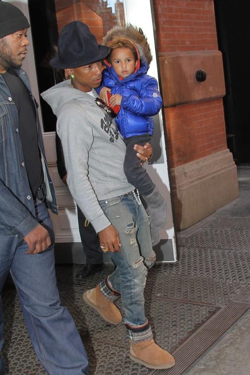 Pharrell Williams avec son fils Rocket à New-York le 24 avril 2014