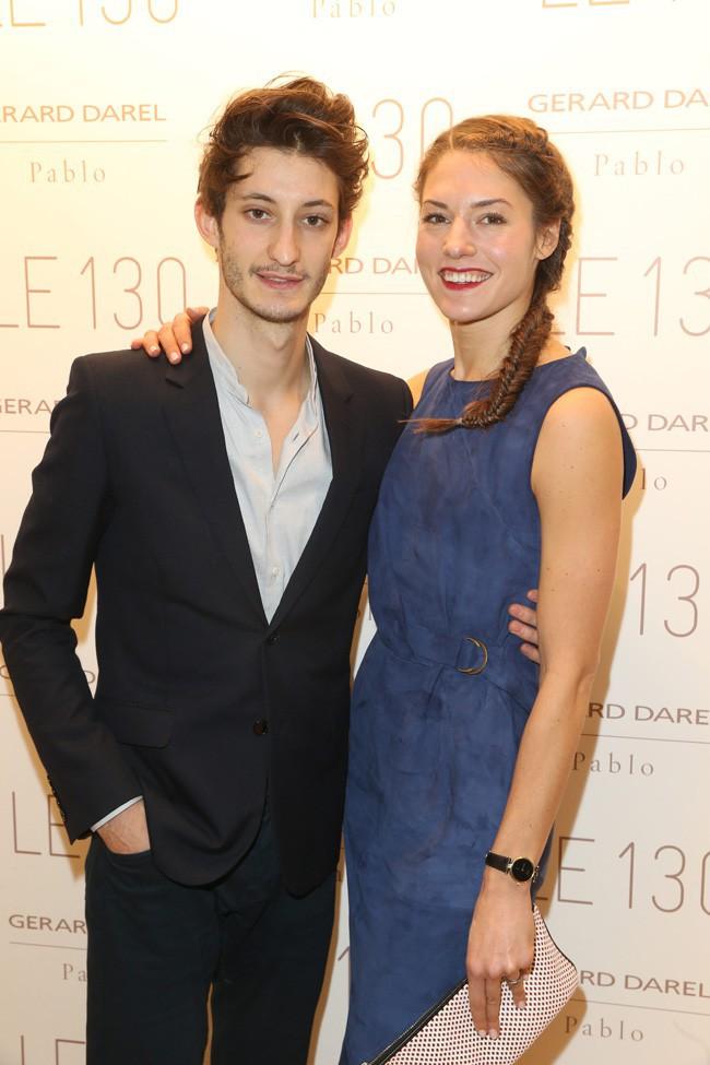 Pierre Niney accompagné de Natasha Andrews à l'inauguration de la nouvelle boutique Gérard Darel à Paris le 30 janvier 2014