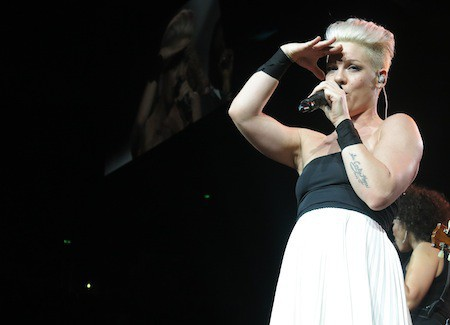 "Photos : Pink : bluffante en acrobate et enivrante en petite tenue, la chanteuse surprend sur scène pour son ""The Truth About Love tour"" !"