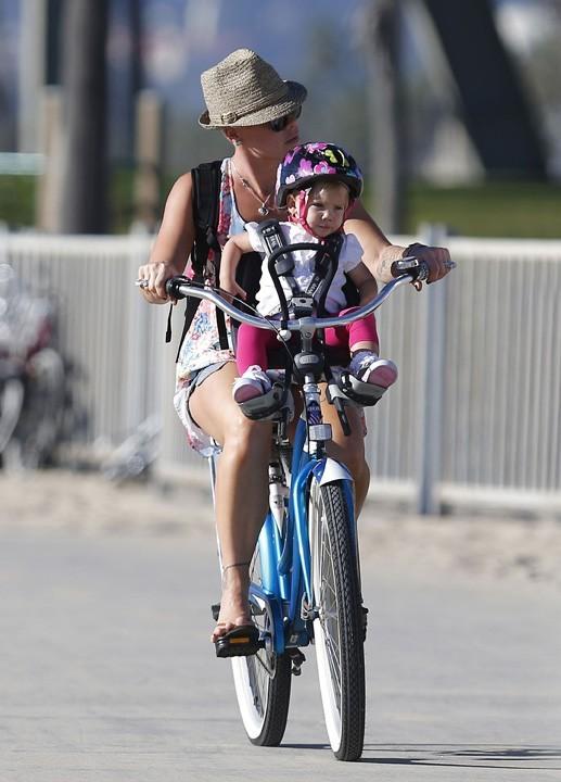 Pink avec son mari Carey Hart et leur fille Willow Sage à Venice Beach le 5 novembre 2012