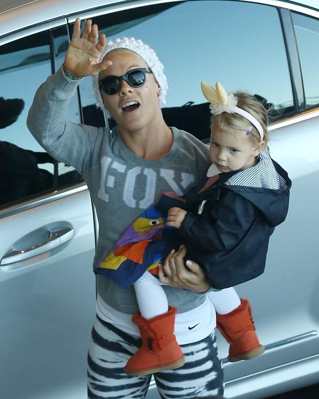Pink à Melbourne avec sa fille Willow et son mari Carey Hart le 11 juillet 2013