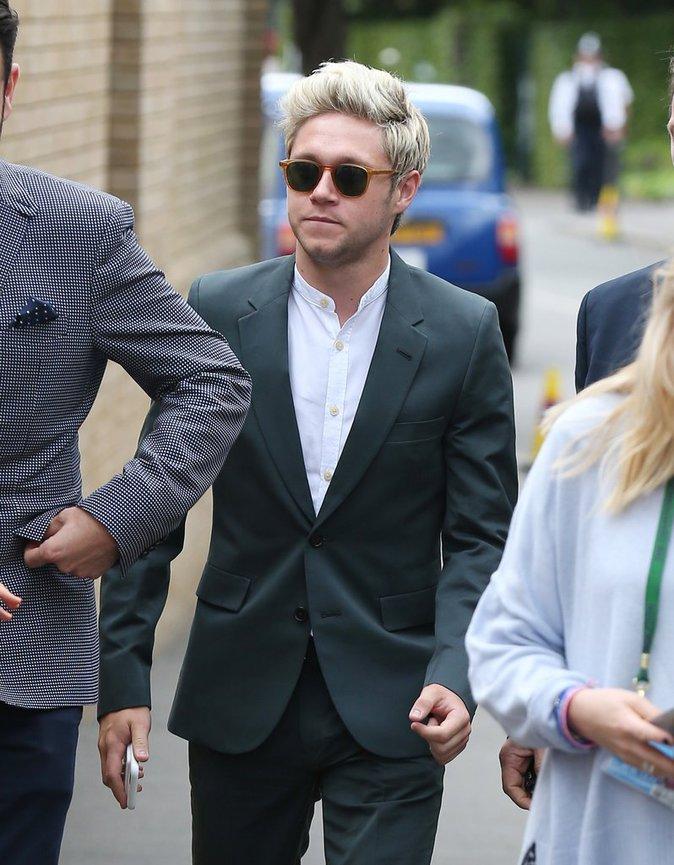 Niall Horan a opté pour le costume noir et la chemise blanche