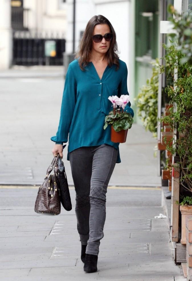 Une vraie femme d'affaires avec sac à main et ordi portable !