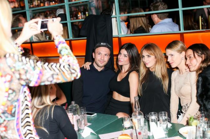 Le styliste Tom Van Dorpe, Julia Restoin-Roitfeld, Poppy Delevingne, Alexia Niedzielski, Eigenie Niarchos à la soirée de lancement Solid & Striped...