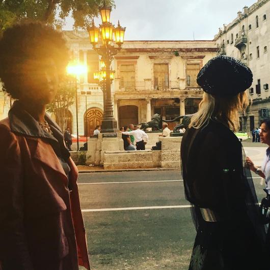 Dans la rue El Paseo del Prado à La Havane avant d'aller assister au défilé Croisière Chanel.