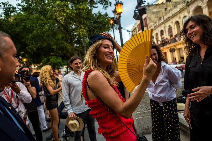 Gisele Bündchen dans la rue El Paseo del Prado à La Havane avant d'aller assister au défilé Croisière Chanel
