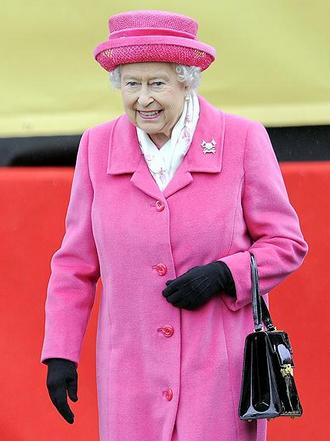 Elizabeth II en rose le jour de la naissance de la fille de Kate Middleton et du prince William, le 2 mai 2015