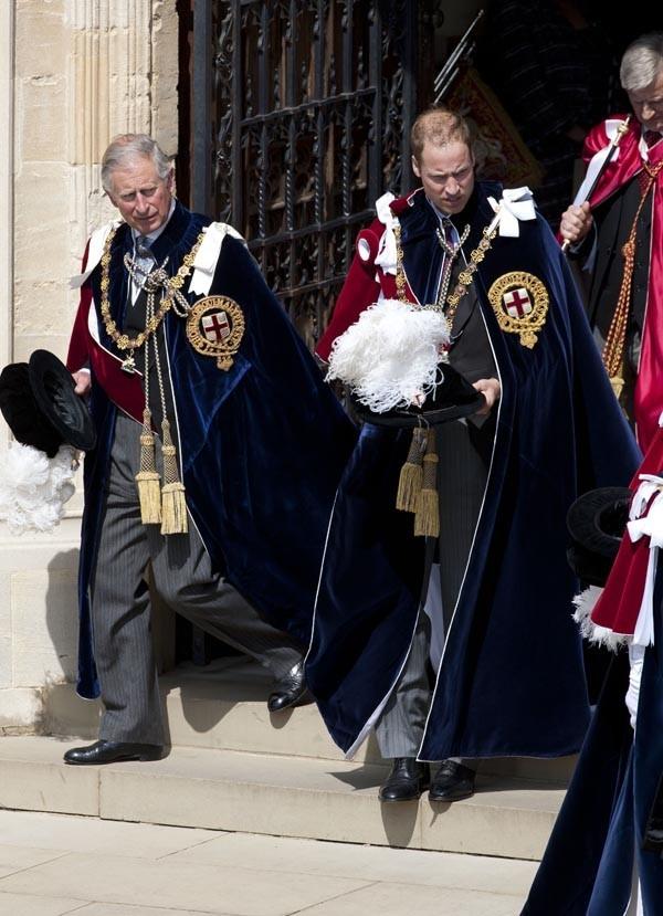 Le Prince William avec son père, dans la tenue des chevaliers !
