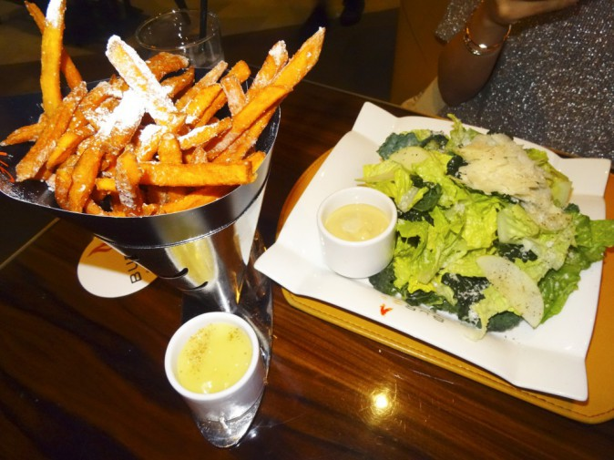 Par ici les calories ! Tempuras, burgers, et frites de patate douce… au sucre glace : un repas équilibré comme on les aime…