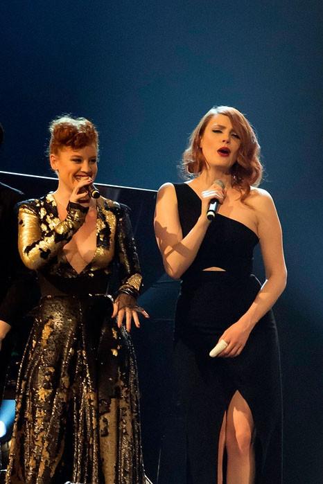 Emji et Elodie Frégé en concert au Casino de Paris le 20 avril 2015