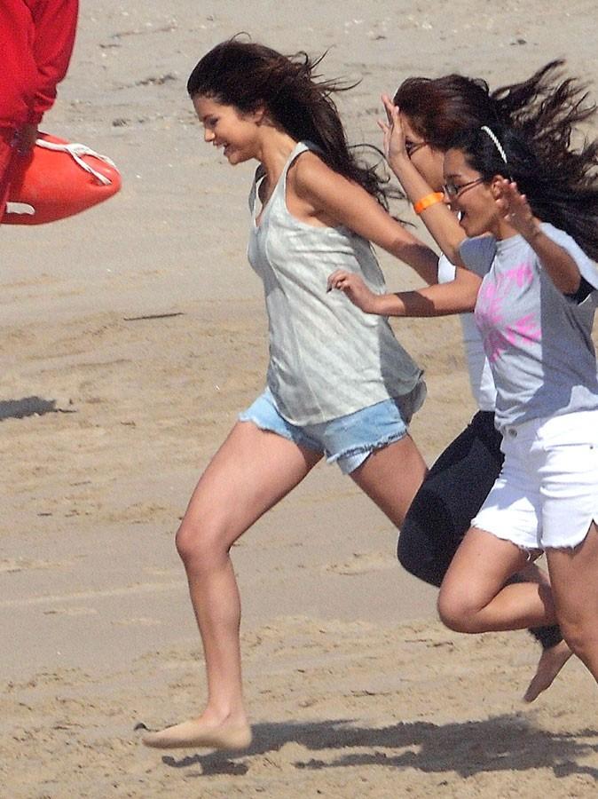 Selena Gomez est une vraie gosse à la plage !