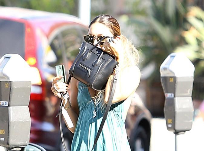Photos : Quelle starlette se planque derrière son sac Céline ?
